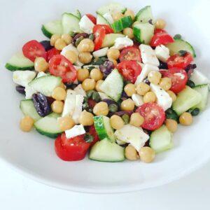 Griekse salade met kikkerwten